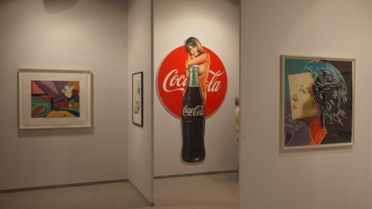 "Andy Warhol (ganz rechts), ""Ingrid Bergmann"", 1983; Mel Ramos (mittig), ""Lola Cola"", 2018"