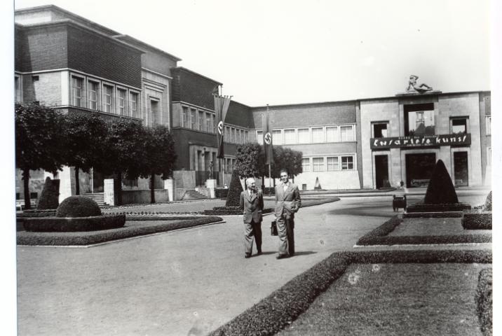 Ehrenhof während der Ausstellung_Entartete Kunst_1938, links im Bild Otto Teich-Balgheim, rechts Werner Doede © Stadtmuseum Düsseldorf F7108