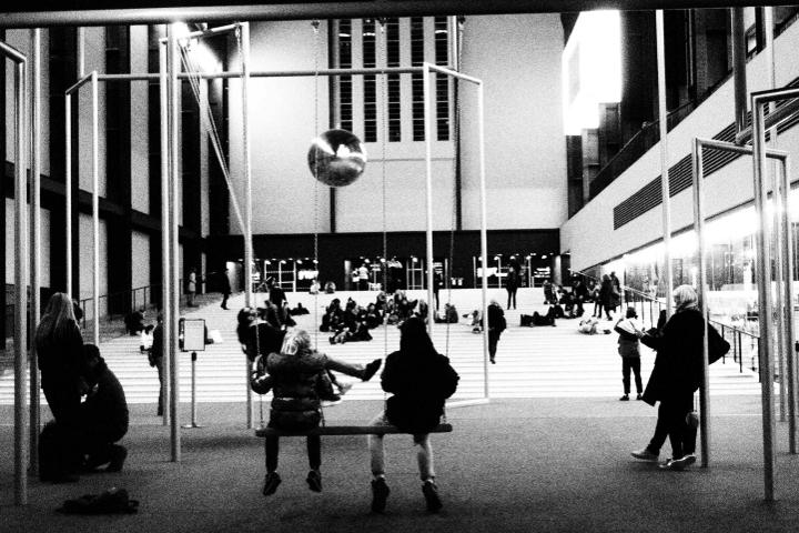 """""""One, Two, Three, Swing!"""" und """"Apathie"""" von Superflex, die Schaukeln und das Pendel in der Eingangshalle der Tate Modern, London. Foto: ©Kulturklitsche"""